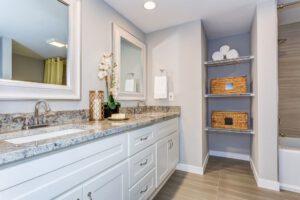 łazienka z kamiennym blatem