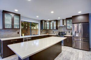 blaty z bialego marmuru w kuchni