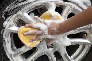mycie felgi po sprzątaniu auta